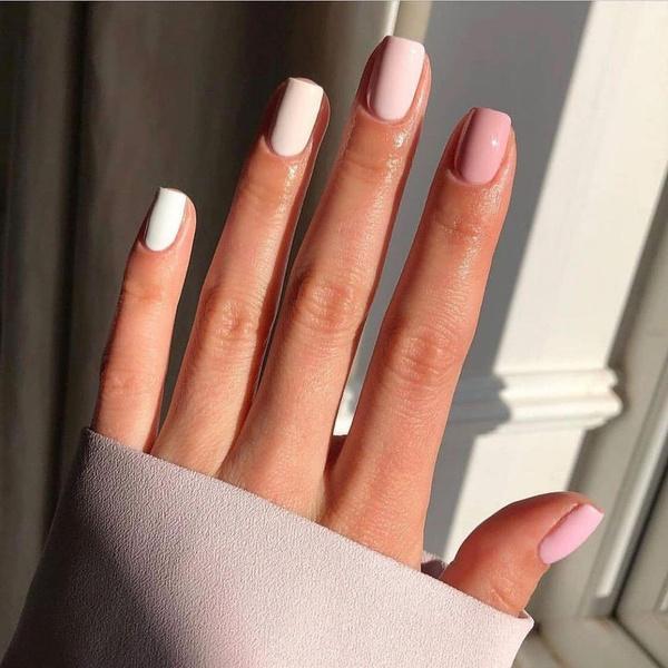 Фото №2 - Розовые ногти— идеальный маникюр для учебы. Доказывает Хейли Бибер 💅