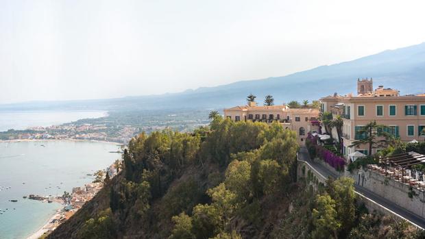 Фото №1 - Планируем летний отпуск: легендарный итальянский отель на Ионическом побережье Сицилии готов принимать гостей
