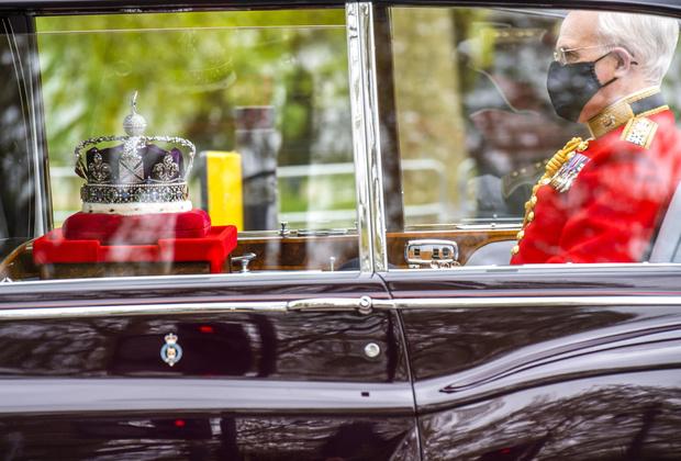 Фото №3 - Почему у короны Британской империи есть личный автомобиль и еще несколько фактов о главной королевской регалии