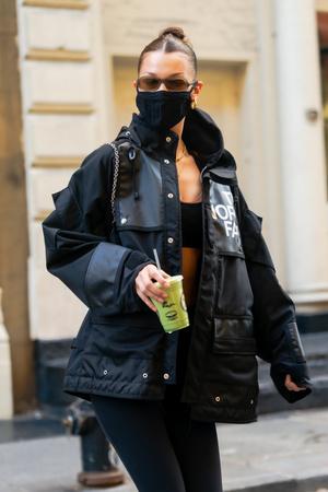 Фото №3 - Белла Хадид находит способ продемонстрировать свой идеальный пресс даже зимой и в пуховике