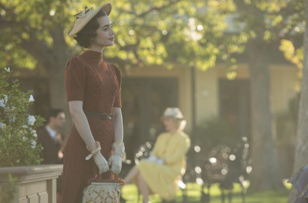 Фото №2 - Вдохновение кино: образ Лили Коллинз в сериале «Последний магнат»