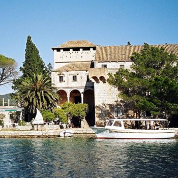 На Мльете есть еще один остров - Святой Марии - который окружен водами Большого озера, переставшим быть пресным.
