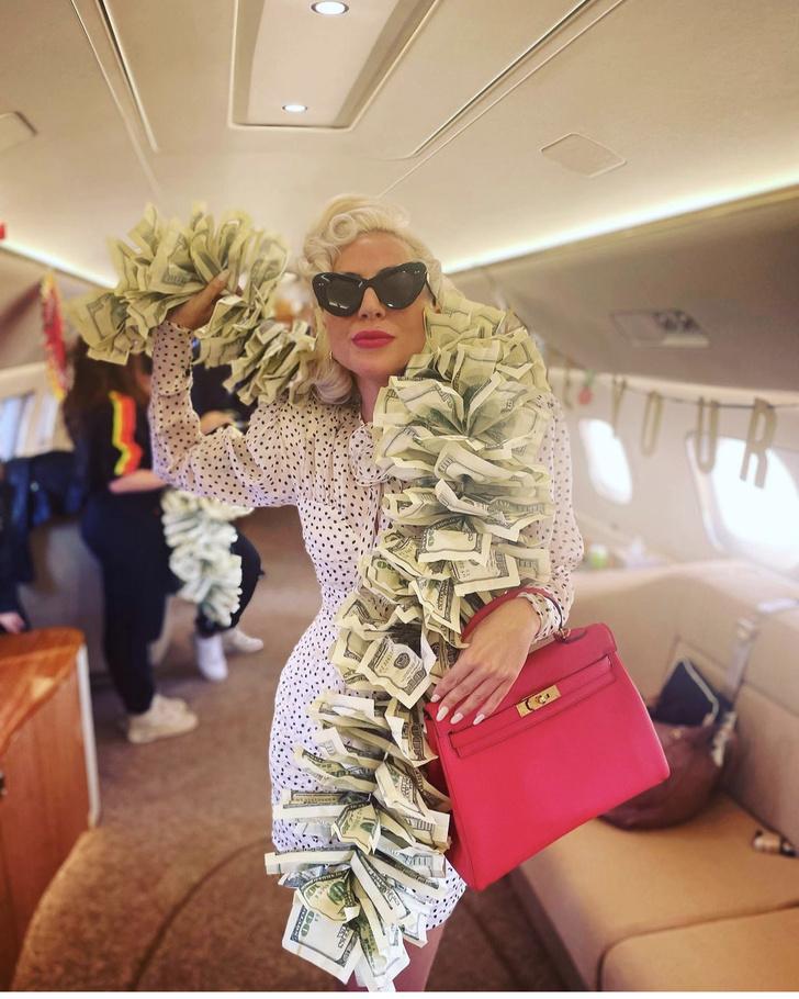 Фото №1 - That's money, honey! Леди Гага носит боа из 100-долларовых купюр