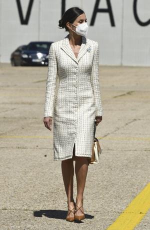 Фото №1 - Величие и грация: королева Летиция в безупречном платье-футляре, которое стройнит