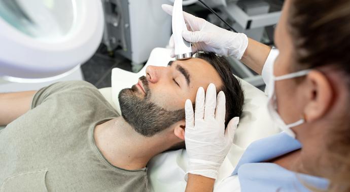 Как ведут себя мужчины у косметолога и на маникюре