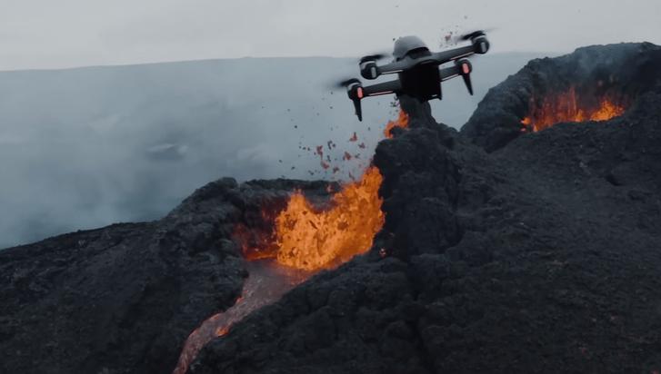 Фото №1 - Заглянуть в кипящее жерло вулкана: эпичные видео, снятые прямо над извержением