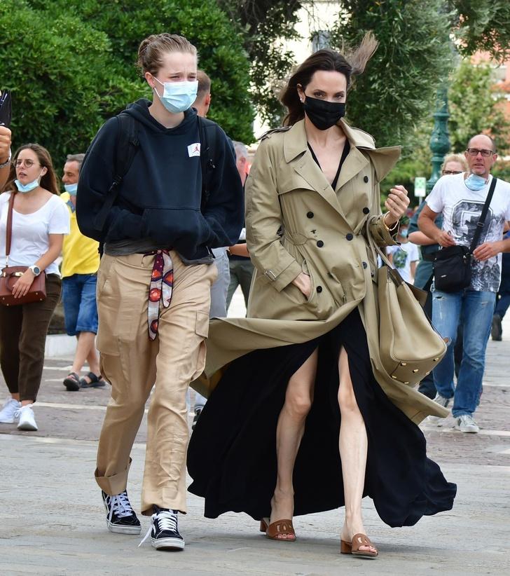 Фото №6 - Анджелина Джоли в Венеции с красивым незнакомцем и в любимом тренче