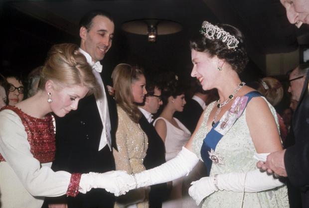 Фото №6 - Как звезды одевались на встречи с Королевой: от гламура Мэрилин Монро до латекса Леди Гаги