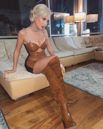 Фото №3 - Кожаное платье + высокие сапоги как у Клавы Коки— модный образ для осенних вечеринок