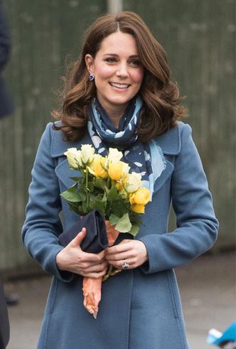 Фото №3 - Теплый прием: как герцогиня Кейт носит шарфы