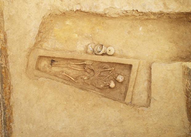 Фото №1 - В Китае нашли останки возлюбленных, похороненных в обнимку