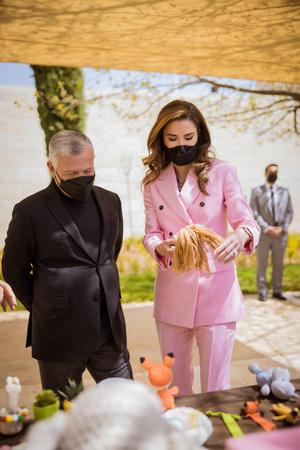 Фото №3 - Королева Рания в костюме Calvin Klein оттенка сахарной ваты