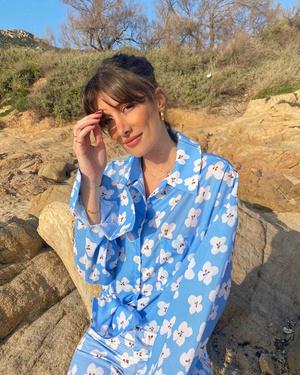 Фото №3 - Француженка Жюли Феррери в голубом костюме с цветами, который не вредит планете
