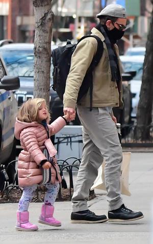 Фото №2 - Mini me: Брэдли Купер на прогулке с дочкой, которая становится все больше и больше похожа на него