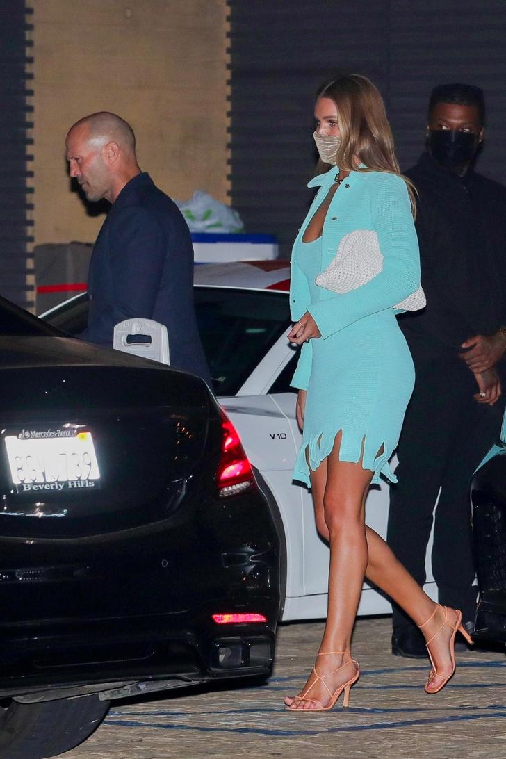 Фото №1 - В пронзительном бирюзовом мини-платье Роузи Хантингтон-Уайтли ходит на свидания с Джейсоном Стэйтемом