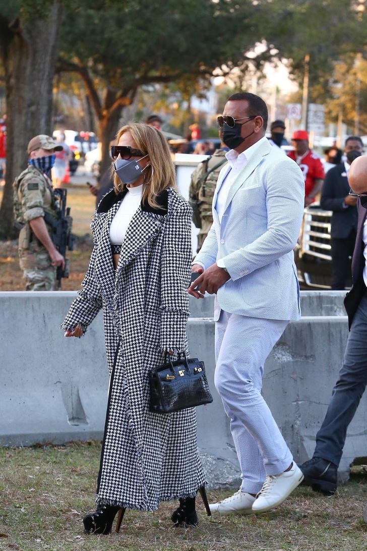 Фото №2 - В длинном пальто и на высоких каблуках: эффектное появление Дженнифер Лопес на Супербоуле