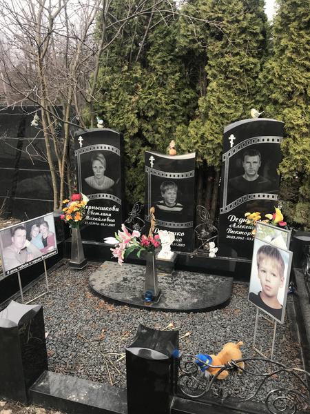 Самые шикарные и богатые памятники знаменитостям: кладбища, где находятся, кто автор, Троекуровское кладбище, Новодевичье кладбище, где похоронены Гундарева, Караченцев, Началова, Галкин, Кваша, Дедюшко, могилы космонавтов