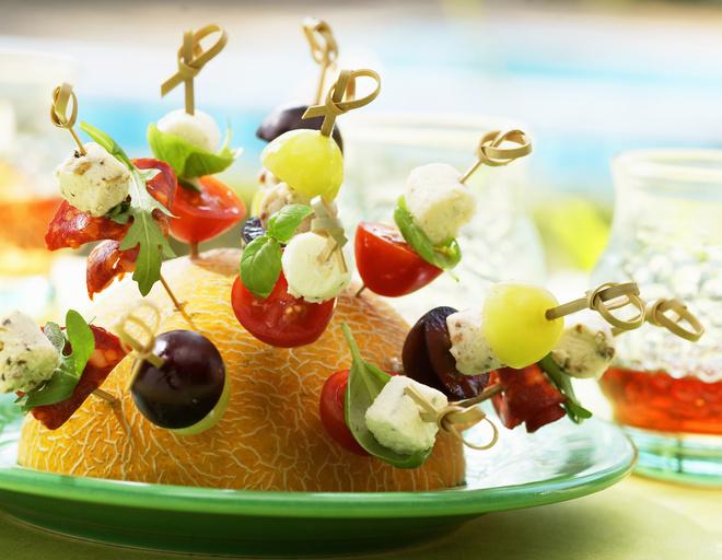 Детские канапе готовят из фруктов, овощей, яиц, сыра и хлеба. Красивое угощение выглядит аппетитно и привлекательно.