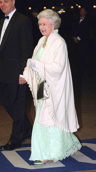 Фото №11 - Как королевские особы одеваются на кинопремьеры: самые роскошные выходы, которые вошли в историю