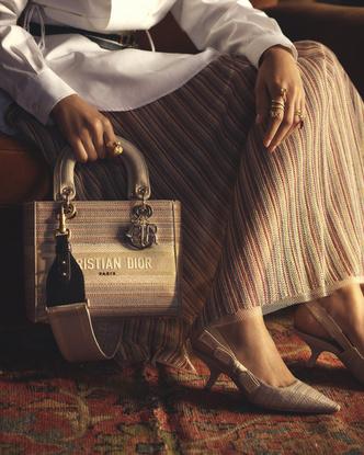 Фото №4 - От сумок до обуви: как выглядят самые модные вещи из «золотой» капсулы Dior