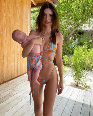 Эмили Ратаковски с сыном