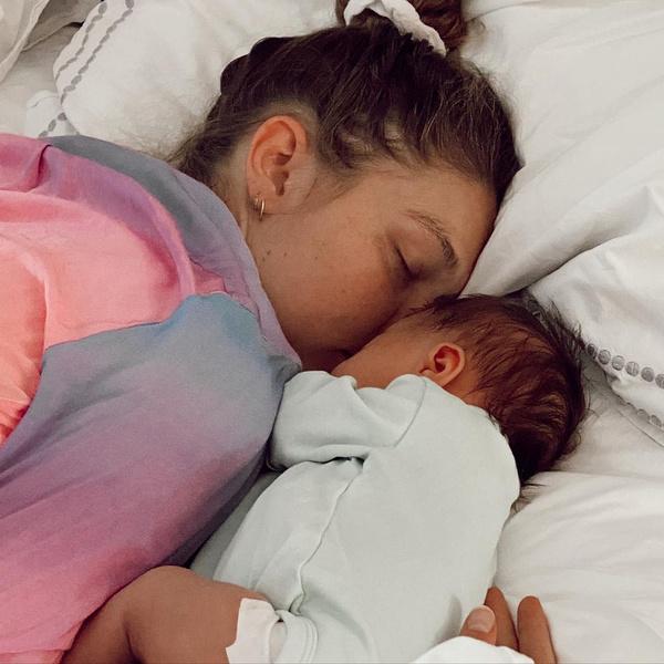 Фото №1 - Скорее смотри: невероятно милая ДжиДжи Хадид с дочкой