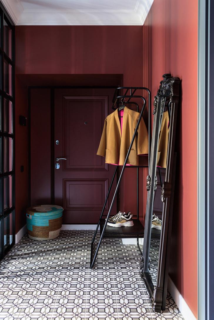 Прихожая. Входная дверь, «Ле-Гран», дополнена декоративной накладкой, выкрашенной в тон стен краской Adventurer 7 от Little Greene. Керамогранит D_Segni от Marazzi. Вешалка, La Redoute. Корзина, Afrohome. Металлическая перегородка с фацетным стеклом, Loftcase.