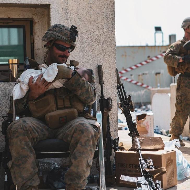 Фото №1 - Как военные спасают детей из Афганистана (чрезвычайно трогательные фото и видео)
