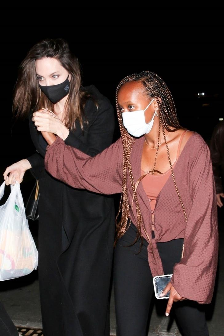 Фото №1 - Даже летом Анджелина Джоли предпочитает черное пальто и сапоги