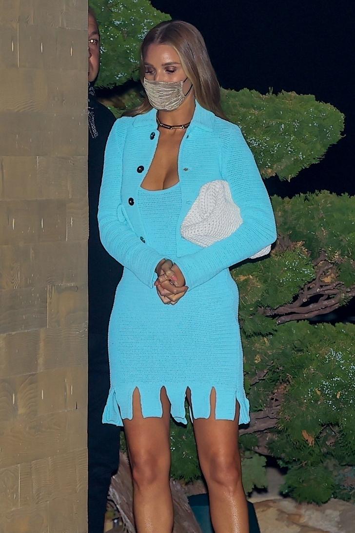 Фото №3 - В пронзительном бирюзовом мини-платье Роузи Хантингтон-Уайтли ходит на свидания с Джейсоном Стэйтемом