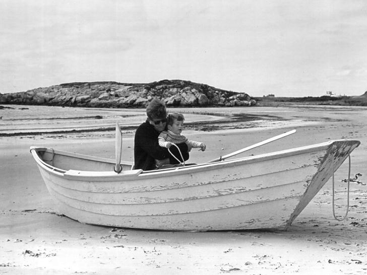 Фото №15 - Счастье на четверых: самые трогательные фото четы Кеннеди с детьми