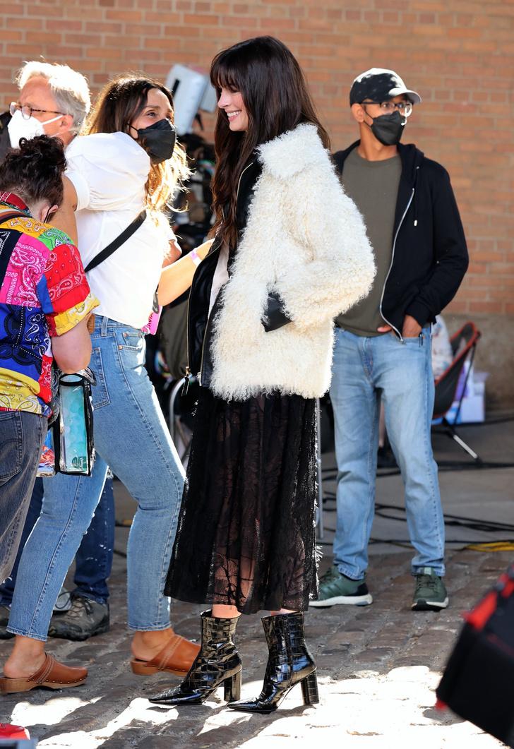 Фото №1 - Энн Хэтэуэй показывает, какая куртка будет в моде этой осенью
