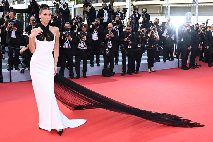 Фото №2 - Так выглядит совершенство: эффектный выход Беллы Хадид в платье Jean Paul Gaultier