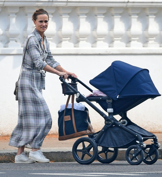 Фото №6 - Принцессы не плачут: уставшая Беатрис вышла на прогулку с трехнедельной дочкой