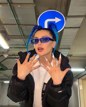 Фото №7 - Дина Саева перекрасилась в синий и стала копией певицы MIA BOYKA
