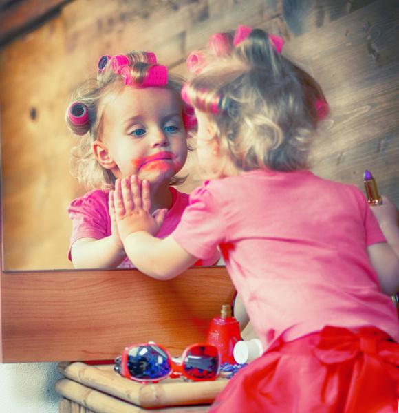 Фото №1 - Что будет, если малыш доползет до косметички: ну очень яркое видео