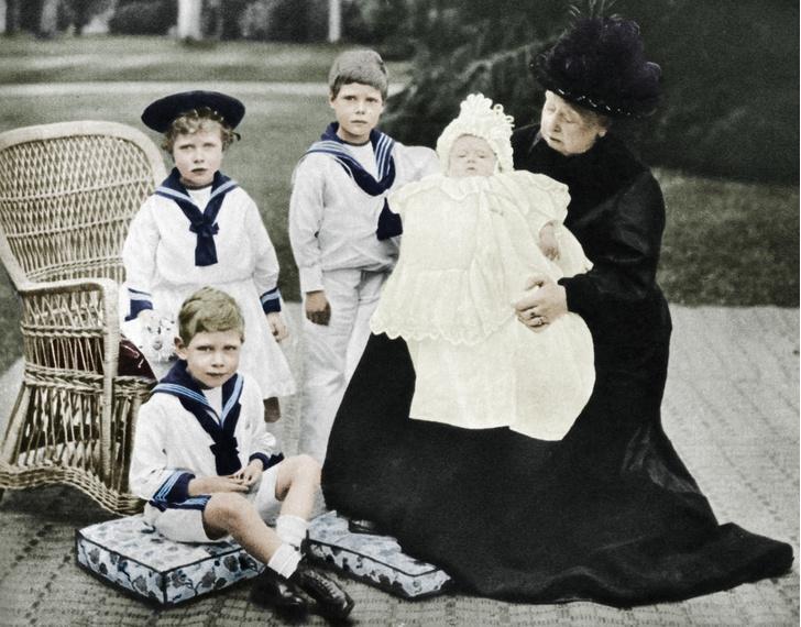 Королева Виктория с внуками