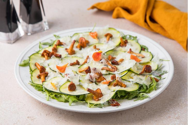 Фото №1 - Летний рецепт: салат с хрустящими цукини, лисичками и сыром пекорино