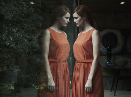 Женщина и ее отражение в зеркале