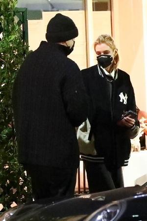 Фото №1 - Стелла Максвелл показывает, как носить классическую рубашку и спортивную куртку вместе