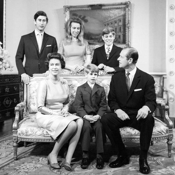 Королева Елизавета с мужем и детьми фото
