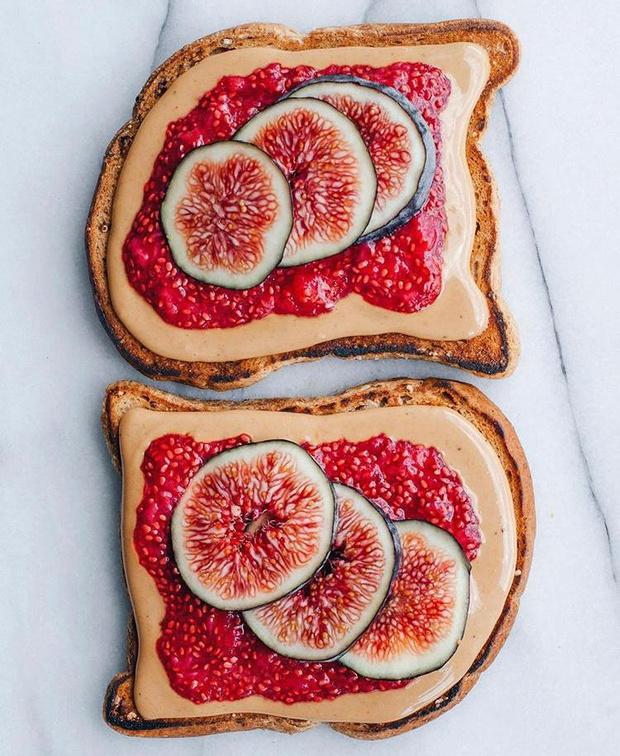 Фото №3 - Фуд-тренд: самые красивые тосты инстаграма— с арахисовой пастой и кленовым сиропом