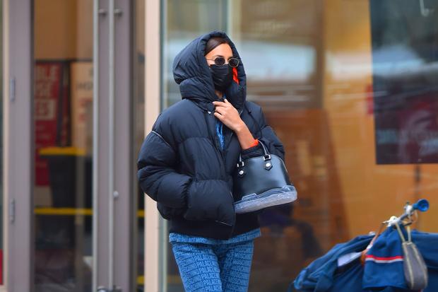 Фото №1 - Зимний образ для мам (и не только): Ирина Шейк в пуховике и костюме из денима на прогулке с дочерью