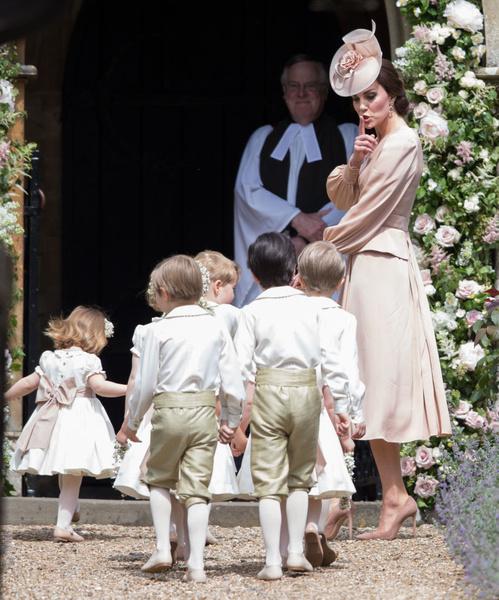 Фото №2 - Грозит пальцем и не ругает за истерики: как Кейт Миддлтон воспитывает детей идеальными