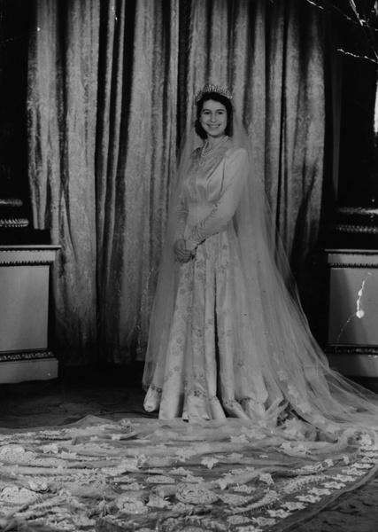 Фото №4 - Самые знаменитые свадебные платья Виндзоров: неудачные, смелые и даже бодипозитивные