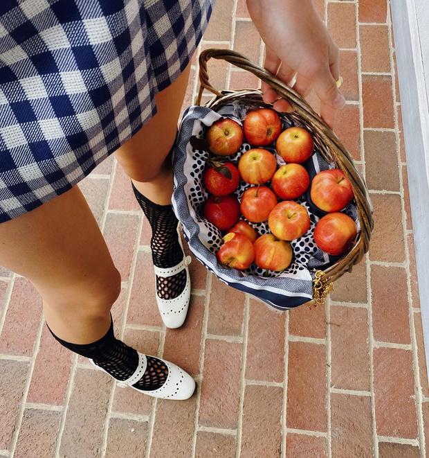 Фото №1 - Микротренд: осенью носите туфли с гольфами, как это делает модель Жаклин Яблонски
