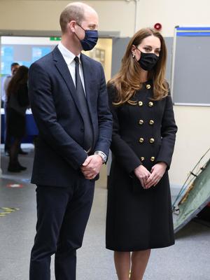 Фото №2 - Возвращение к жизни: первый (и очень королевский) выход герцогини Кейт после траура