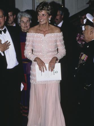 Фото №24 - От персикового до фуксии: как принцесса Диана носила розовый цвет (и почему он ей так шел)