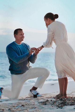 Как выглядел день помолвки Джей Ло в Instagram и реальности