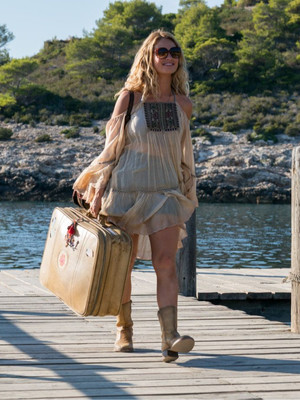 Фото №1 - 5 лучших fashion-образов из фильма «Mamma mia!» для тех, кто не готов прощаться с летом